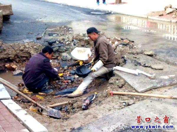 营口市:小马路突喷水柱 轧道机承担责任